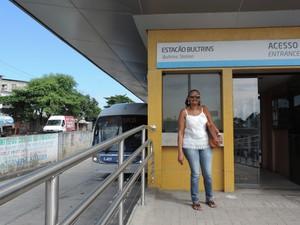 A diarista Ana Digna já ouviu vários relatos de assalto se sente insegura nas estações de BRT  (Foto: Marina Meireles/G1)
