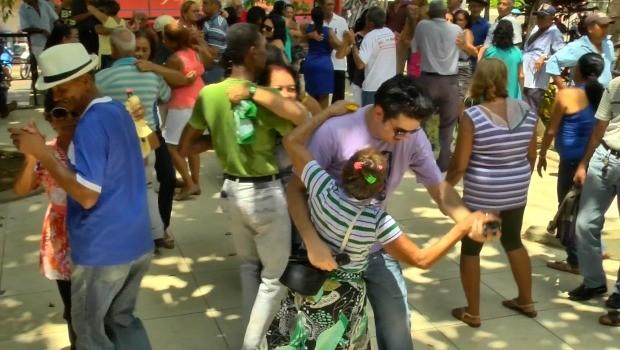 Bruno dançando com a jovem dona Antonia, no 'Senadinho'  (Foto: Zappeando)