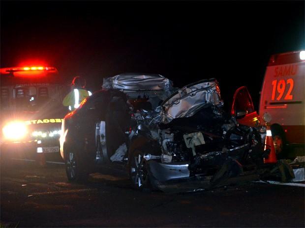 Parte frontal do carro ficou totalmente destruída; duas das três pessoas que estavam no veículo morreram  (Foto: Fernanda Testa/G1)