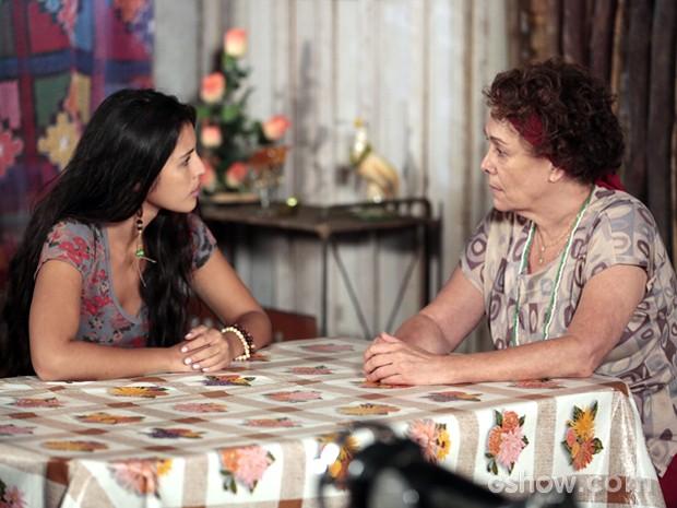 Vó Tita conta para Fátima toda a verdade sobre sua mãe (Foto: Felipe Monteiro / TV Globo)