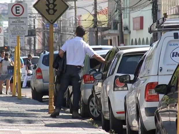 Guardadores de carro intimidam motoristas (Foto: Reprodução / TV TEM)