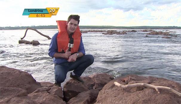 Nível do Rio Paraná está 2,5m abaixo do normal e revela pedras que oferecem perigo para a navegação (Foto: Reprodução/RPC TV)