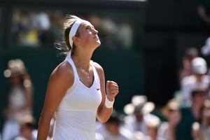 Victoria Azarenka comemora vitória em Wimbledon (Foto: Glyn KIRK / AFP)