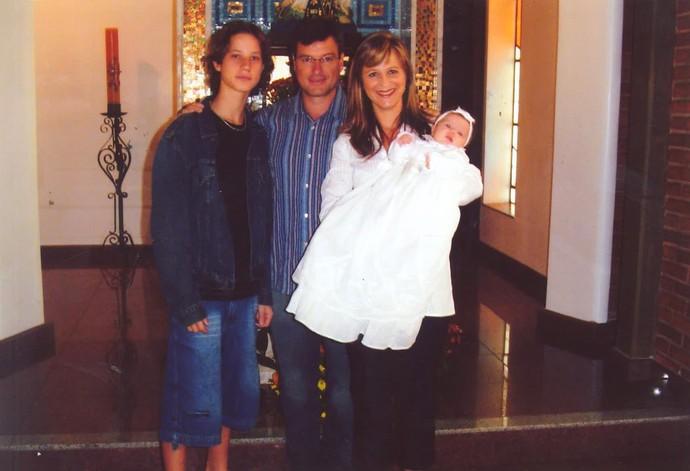 Rafa Gomes no dia do Batizado com a mãe Márcia, o pai Aguilar e o irmão Felipe (Foto: Arquivo pessoal)