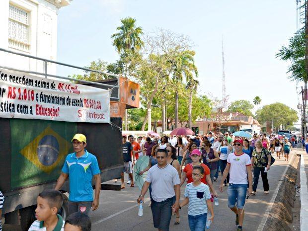 Manifestação teve início na Praça Plácido de Castro, no Centro, e seguiu para Aleac, na manhã desta terça-feira (4) (Foto: Caio Fulgêncio/G1)