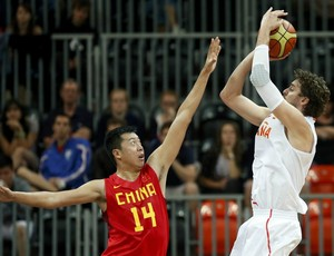 Pau Gasol tenta o arremesso, Espanha x China (Foto: Agência Reuters)