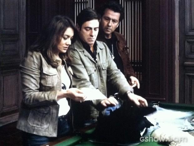 Rosa, Alfredo e Pedroso encontram novas pistas (Foto: O REBU / TV GLOBO)