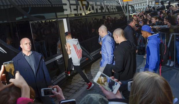 Justin Bieber na Suécia em seu ônibus (Foto: AFP PHOTO / SCANPIX SWEDEN / LEO SELLEN)