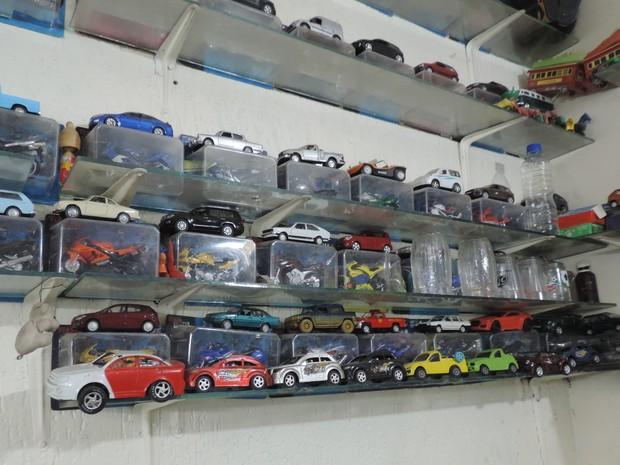 Hilus Saldanha e a coleção de carrinhos Uberaba (Foto: Barbara Lemes/G1)