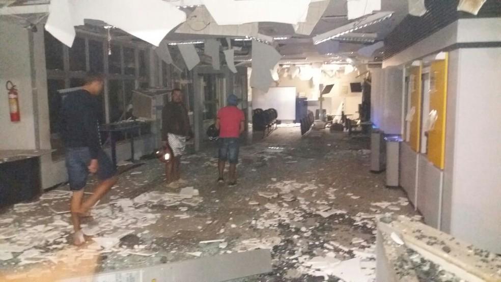 Quadrilha armada explodiu agência do Banco do Brasil durante a madrugada deste domingo (11) em Assaré (Foto: Reprodução/TV Verdes Mares)