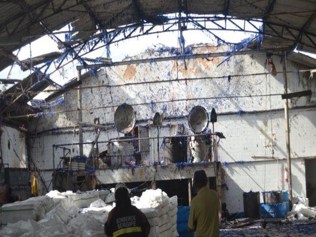 Partes da caldeira foram arremessados para a rua (Foto: Reprodução/Diário Sergipano)