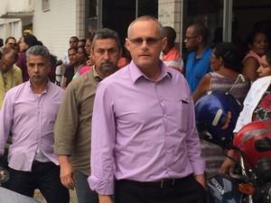 O secretário de segurança José Mariano Beltrame na chegada ao enterro do policial militar (Foto: Marcelo Elizardo/ G1)