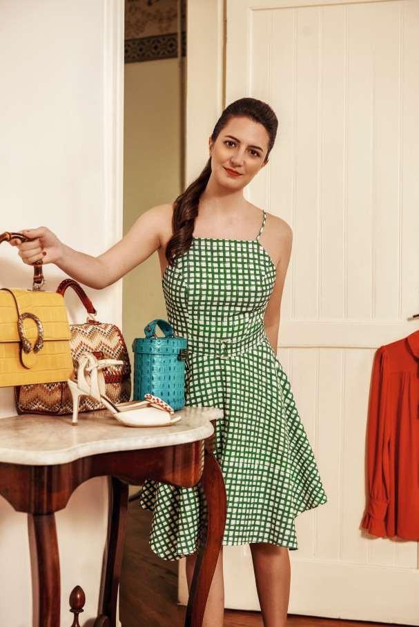 Rachel usa vestido Eva. Na mesa, bolsa amarela Gucci. vermelha Nathalia Tolentino, azul La Spezia; e sapatos Masqué (Foto: Lucas Fonseca)
