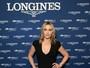 Kate Winslet investe em vestido decotado em evento beneficente