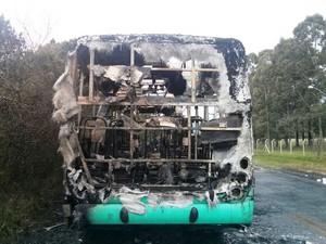 Ônibus ficou completamente destruído (Foto: Jacksom dos Santos/Divulgação)