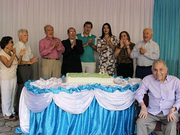 Funcionários cantaram 'Parabéns' após missa  (Foto: Katiúscia Monteiro/ Rede Amazônica)