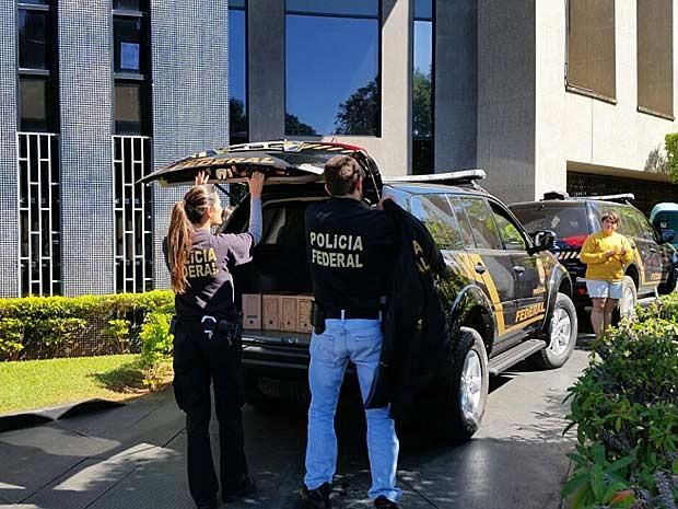 Policiais federais chegam com documentos apreendidos à superintendência da PF em Brasília (Foto: Vianey Bentes/TV Globo)