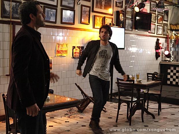 Fabinho fica louco e quebra o bar todinho! (Foto: Sangue Bom/TV Globo)