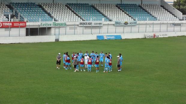 Antes do treino, Givanildo Oliveira reuniu todos os atletas para uma conversa.  (Foto: GLOBOESPORTE.COM)