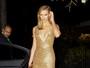 Karlie Kloss investe em vestido decotado para ir a evento nos EUA