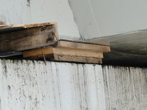 Estrutura de madeira colocada sob o viaduto Gil Nogueira, em BH. (Foto: Pedro Ângelo/G1)