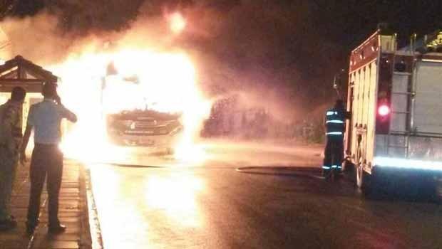 Ônibus foi incendiado na Vila Rio Branco, na noite de terça-feira (18) (Foto: Adir do Prado)