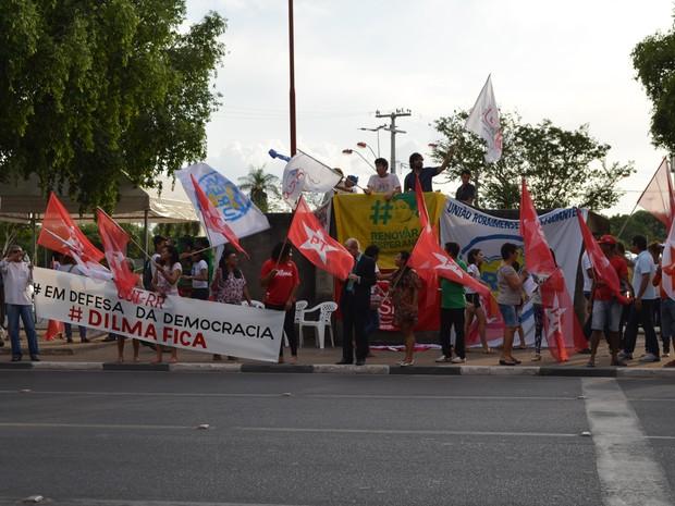 Manifestantes a favor da presidente se reuniram na Praça do Centro Cívico, em Boa Vista (Foto: Valéria Oliveira/ G1)