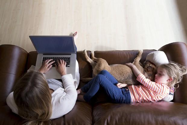 Mãe trabalhando enquanto filha dorme (Foto: Thinkstock)