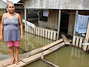 Adelaide Gonçalves, de 52 anos, acompanha o avanço das águas e teme a segurança da família (Foto: Adneison Severiano/G1 AM)
