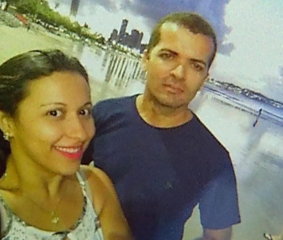Antônio Cândido dos Santos era sargento da PM; na foto, ele aparece ao lado da mulher, em uma praia de Natal (Foto: Arquivo pessoal)