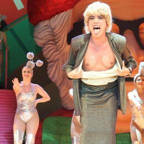 Momento em que a personagem Dercy mostra os 'seios' durante o musical (Foto: Divulgação)