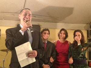 Recém-empossado do STF, Luís Roberto Barroso discursa em festa ao lado da família (Foto: Mariana Oliveira/G1)