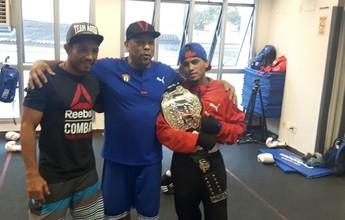 """Aldo """"invade"""" academia, leva cinturão e ofusca campeões olímpicos de boxe"""