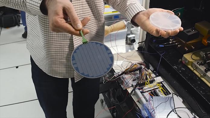 Pesquisador segura nas mãos uma placa contendo uma série de processadores feitos de nanotubos de carbono (Foto: Divulgação/Stanford)