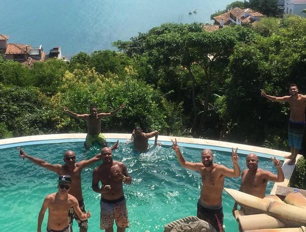 """BLOG: Com direito a trilha, Adriano curte tarde em Búzios com os amigos: """"Tranquilo"""""""
