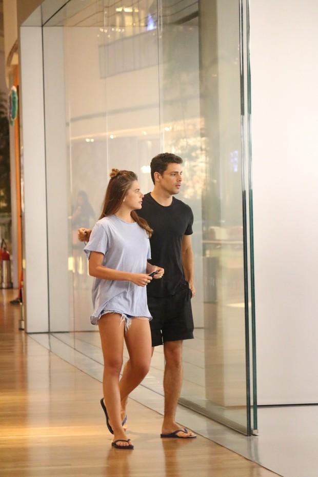 Cauã Reymond aos beijos com a namorada no shopping (Foto: AgNews  / AgNews)