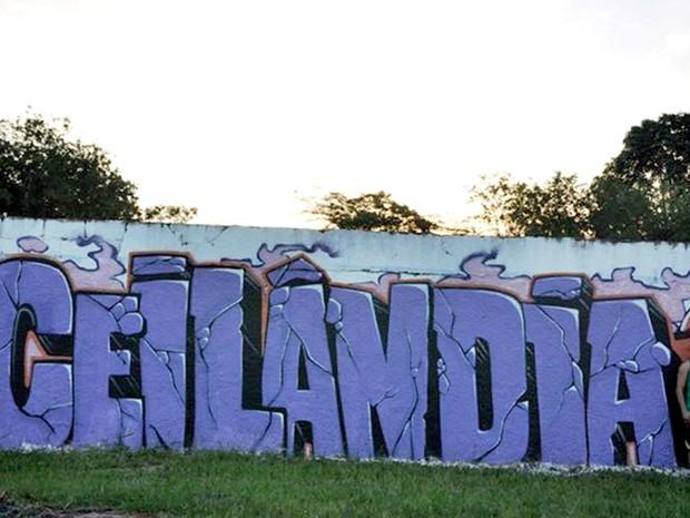 """Morador em frente a muro grafitado com o nome """"Ceilândia"""" (Foto: Marcio Mario do Nascimento/VC no G1)"""