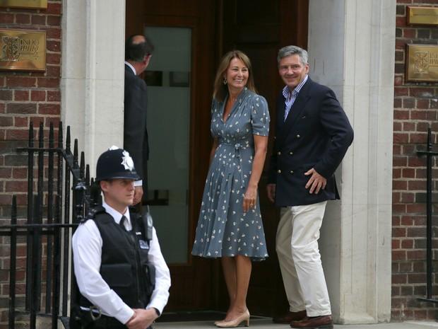 23/7 - Carole e Michael Middleton, pais de Kate, chegam ao Hospital St. Mary's para visitar o neto. (Foto: Alastair Grant/AP)