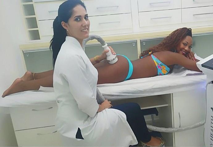Luana faz a criofrequência, um dos procedimentos do tratamento (Foto: Arquivo pessoal)