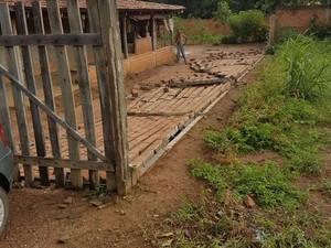 Muros e construções foram derrubadas pelos ventos (Foto: Prefeitura de São Salvador/Divulgação)