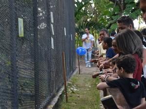 Crianças e pais observam pássaros no Parque Zoobotânico Arruda Câmara (Foto: Diogo Almeida/G1)