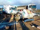 Acidente entre carro e 2 caminhões mata mãe e filho em Poções, na BA
