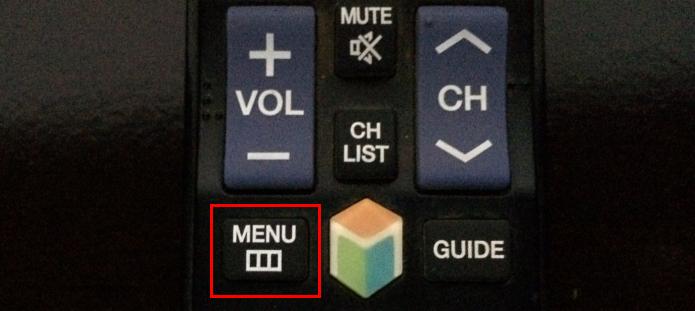 Ativando o menu da TV no controle remoto (Foto: Reprodução/Edivaldo Brito)