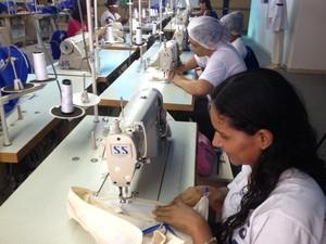 Aluna aprende a costurar para depois montar seu próprio negócio (Foto: Ivanete Damasceno/G1)