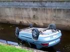 Carro capota, cai dentro de canal e motorista sobrevive no litoral de SP