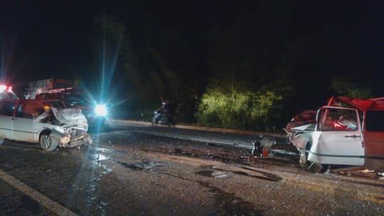 Duas pessoas morrem em batida de frente entre carros em Paraguaçu, MG