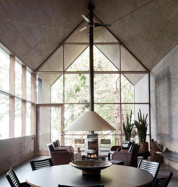 Não há divisórias. E as paredes que dão lugar às janelas aumentam a sensação de amplitude (Foto:  Charles Schuck)