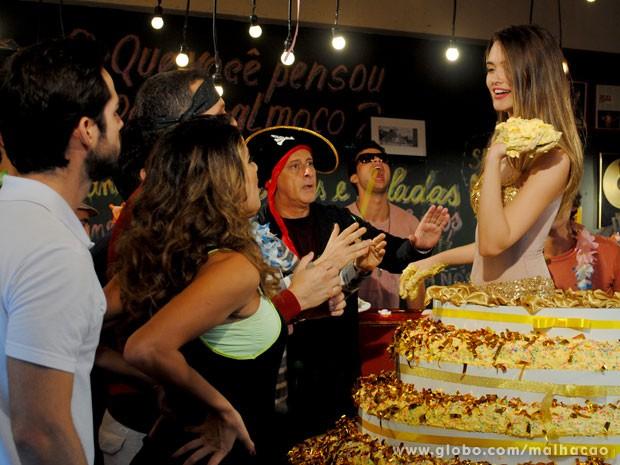 Será que vai rolar uma guerra de bolo, glr? Vish!!! (Foto: Malhação/ TV Globo)