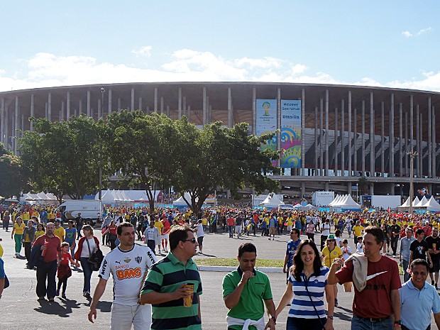 Torcedores que viram o jogo entre Suíça e Equador deixando o Estádio Mané Garrincha, em Brasília (Foto: Ricardo Moreira / G1)