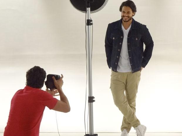 ... mas logo fica todo a vontade com as câmeras (Foto: Amor Eterno Amor/TV Globo)